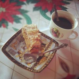 Сутрешно кафе и лешниковата торта. Йъм!